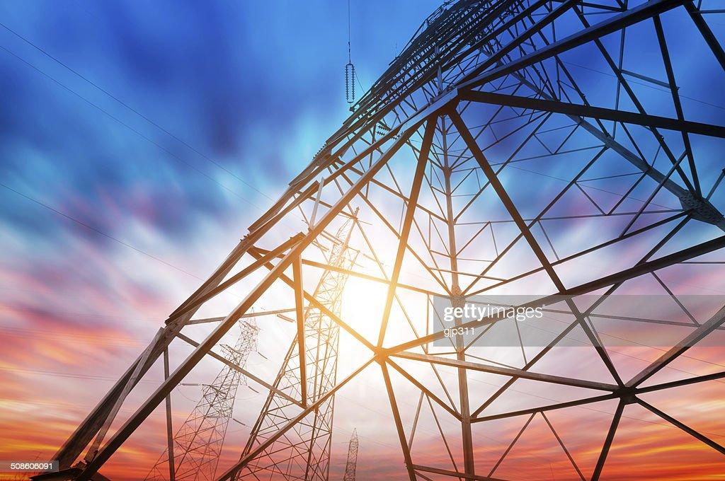 Torre de Alta-tensão fundo do céu : Foto de stock