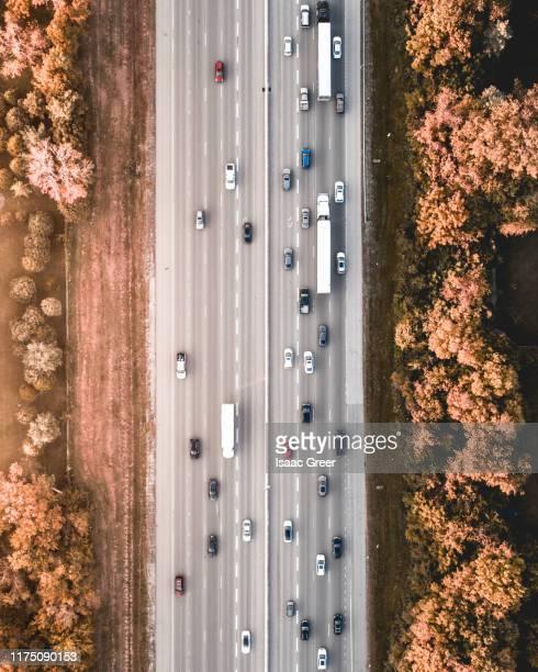 highway aerial - tráfico fotografías e imágenes de stock