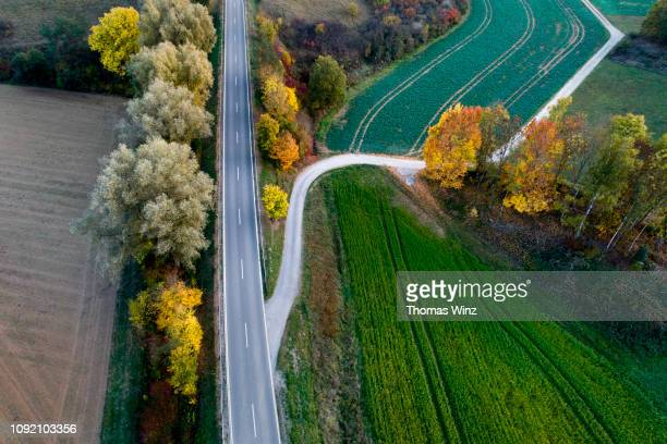 highway and dirt road from above - carrefour photos et images de collection