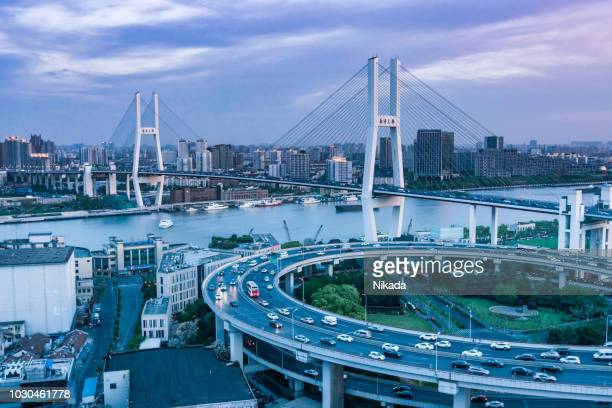 Autobahn und Nanpu-Brücke in Shanghai, China