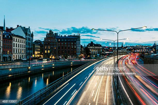 highway and railway in stockholm at twilight - stoccolma foto e immagini stock