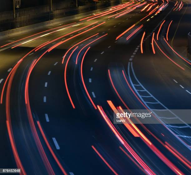 uma estrada à noite, longa exposição - poste - fotografias e filmes do acervo