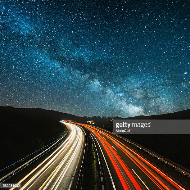 highway at night - snelheid stockfoto's en -beelden