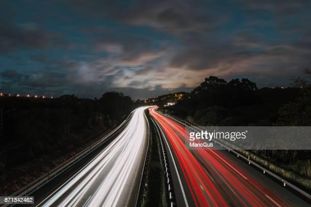 highway at night - poste imagens e fotografias de stock