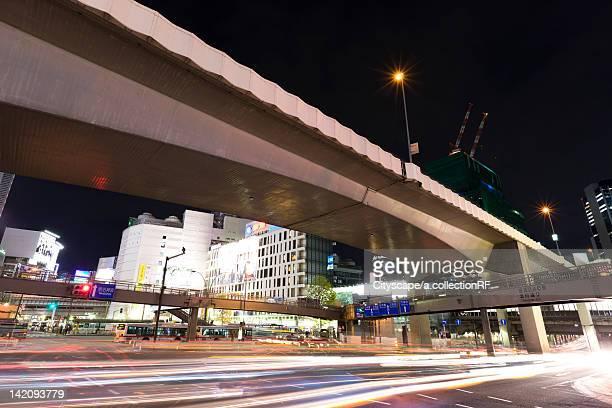 highway at night, shibuya ward, tokyo prefecture, honshu, japan - 歩道橋 ストックフォトと画像