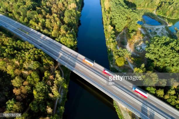 autobahnbrücke, luftbild - fernverkehr stock-fotos und bilder