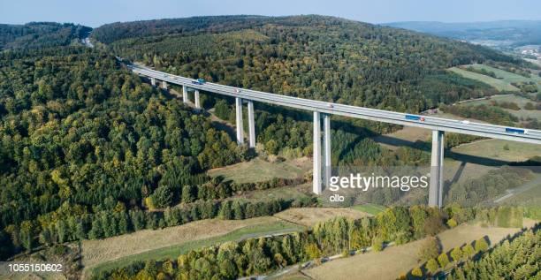 Autobahnbrücke durch Waldland - Luftbild