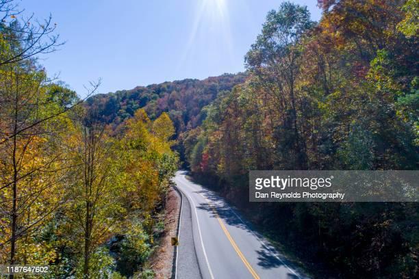 highway in mountains - ノースカロライナ州ローリー ストックフォトと画像