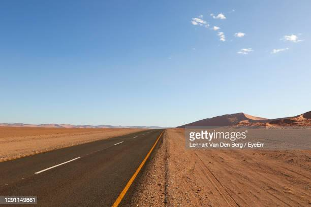 highway in the middle of namib-naukluft national park - セスリエム ストックフォトと画像