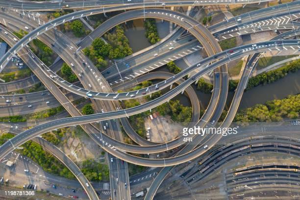 highway junction intersection and railroad tracks, brisbane, australie - brisbane photos et images de collection