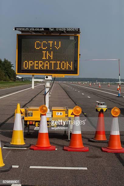 estrada manutenção com a zona de perigo sinal de alerta e portátil - portable information device imagens e fotografias de stock