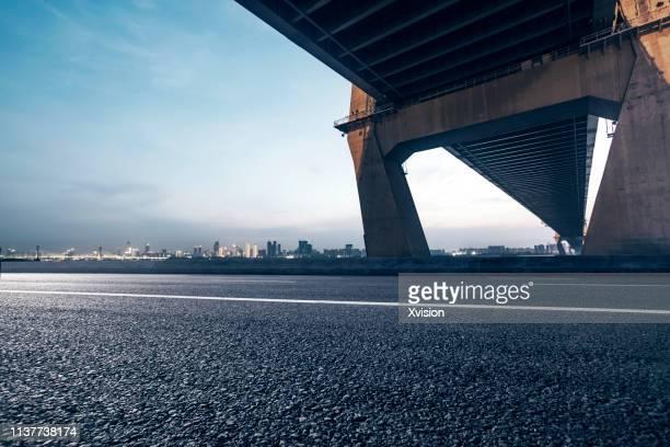 "highway near bridge in dusk for car commercial""n - flussufer stock-fotos und bilder"