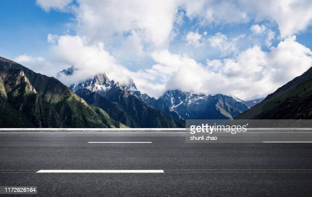 highway on plateau - hochplateau stock-fotos und bilder