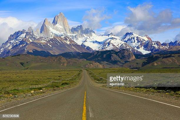 highway road into el chalten, fitzroy, patagonia argentina, los glaciares - argentina stock pictures, royalty-free photos & images