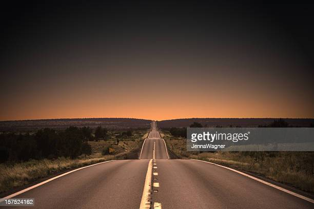 highway to the sunset - horizon stockfoto's en -beelden
