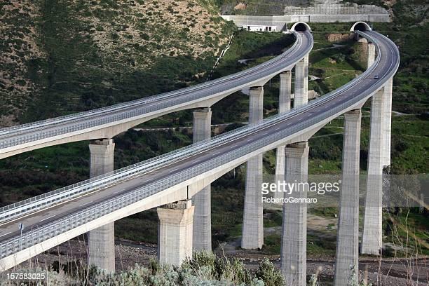 viadotti di autostrada - autostrada foto e immagini stock