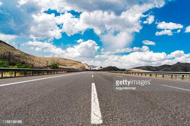 アンカラ、トルコの近くに曇り青い空と高速道路 - 散歩道 ストックフォトと画像