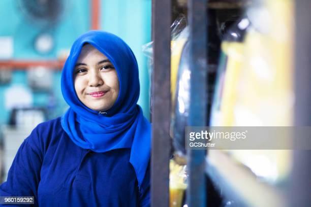 ラックに立てかけて hijabi マレー人の女性。 - 宗教的なベール ストックフォトと画像