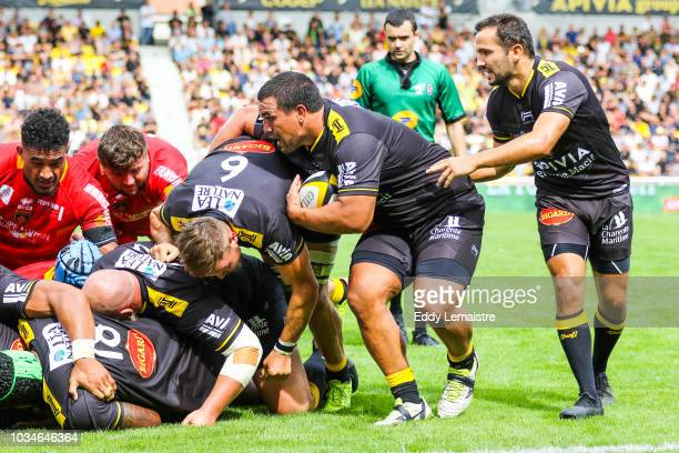 Hikairo Forbes of La Rochelle and Alexi Bales of La Rochelle in the mall during the Top 14 match between La Rochelle and Perpignan at Stade...