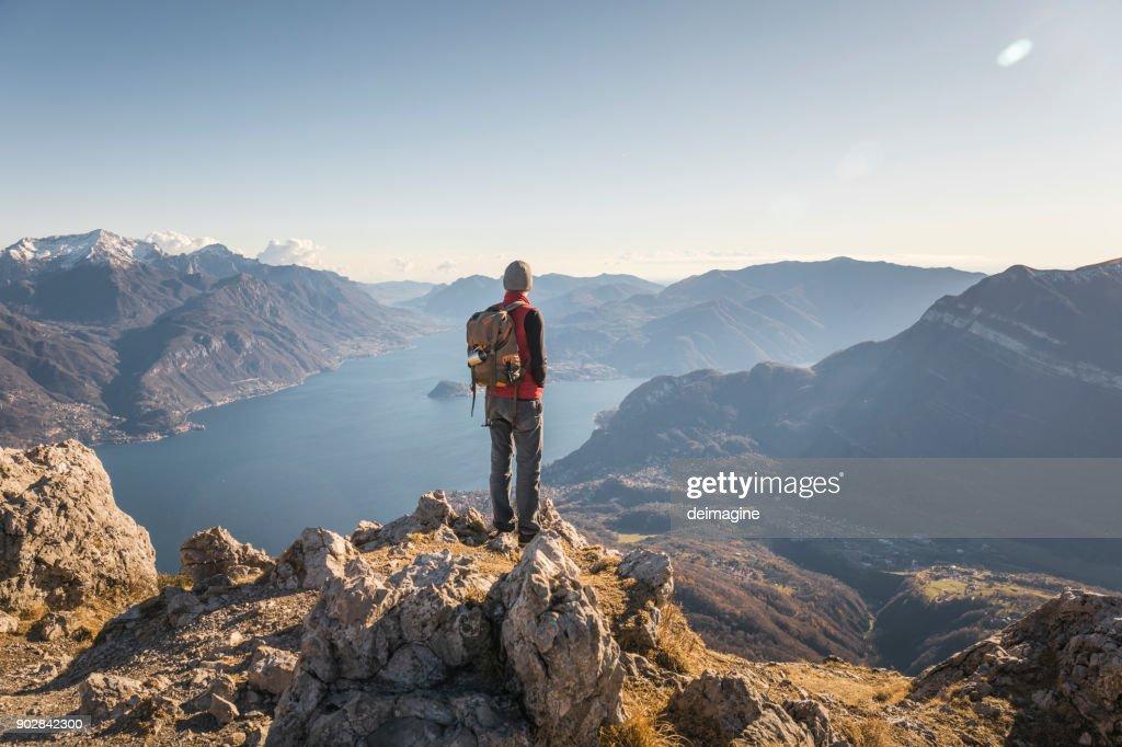 Wanderer, die allein am Gipfel des Berges : Stock-Foto