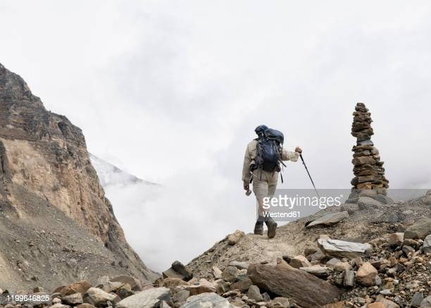 hiker at chonbarden glacier, dhaulagiri circuit trek, himalaya, nepal - 石塚 ストックフォトと画像