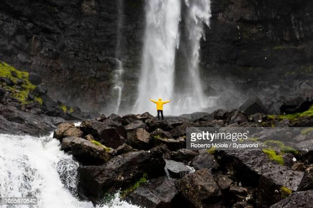 hiker at fossa waterfall, faroe islands - torshavn - fotografias e filmes do acervo