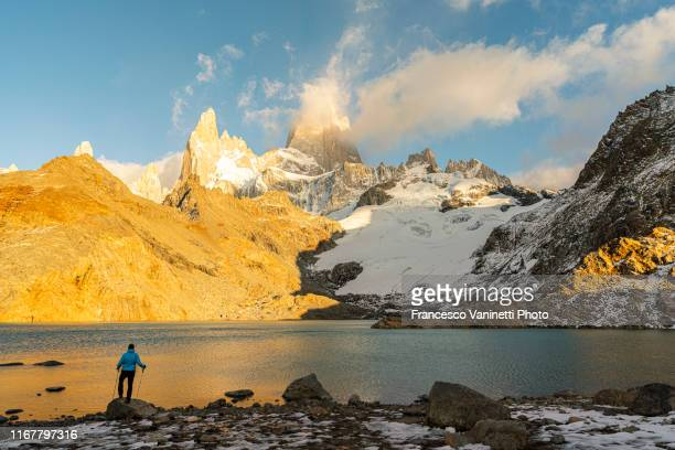 hiker at laguna de los tres, el chalten. - três pessoas stock pictures, royalty-free photos & images