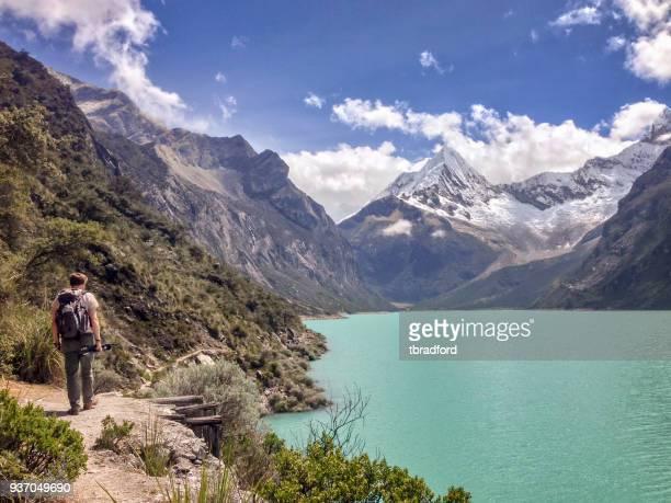 excursionista en el lago paron en los andes peruanos - paisajes de peru fotografías e imágenes de stock