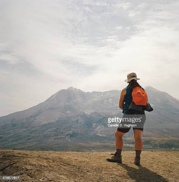 hiker at mount st. helens viewpoint - mount st. helens - fotografias e filmes do acervo