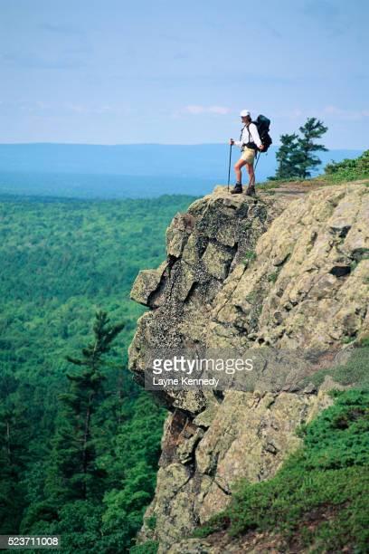 hiker atop cliff on escarpment trail - ポーキュパイン山脈ウィルダネス州立公園 ストックフォトと画像