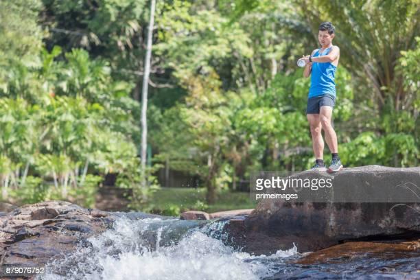 Wanderer-Rucksack-Abenteuer am Wasserfall im Wald.