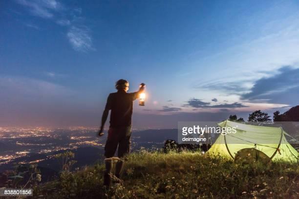 ハイキングキャンプの夜 - ランタン ストックフォトと画像