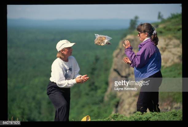 hiker catching bag of trail mix - ポーキュパイン山脈ウィルダネス州立公園 ストックフォトと画像