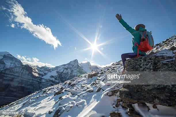 Wanderer auf Berg top feiert