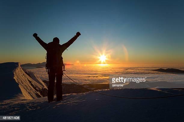 Wanderer feiert auf Schnee bedeckt Landschaft, von hinten