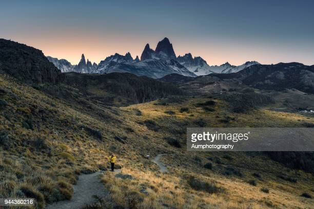 hiker crossing trail in patagonia, argentina - cerro torre photos et images de collection