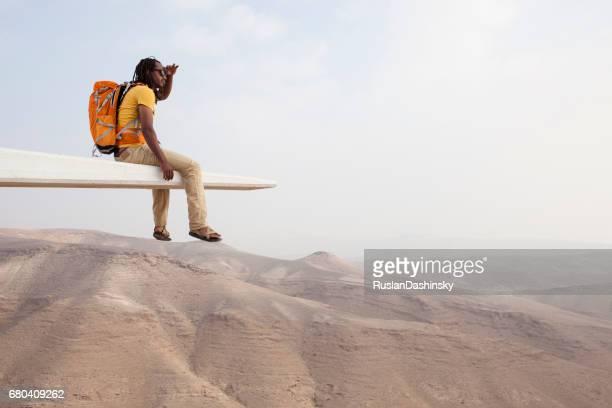 randonneur appréciant la belle matinée du désert. - front view photos et images de collection