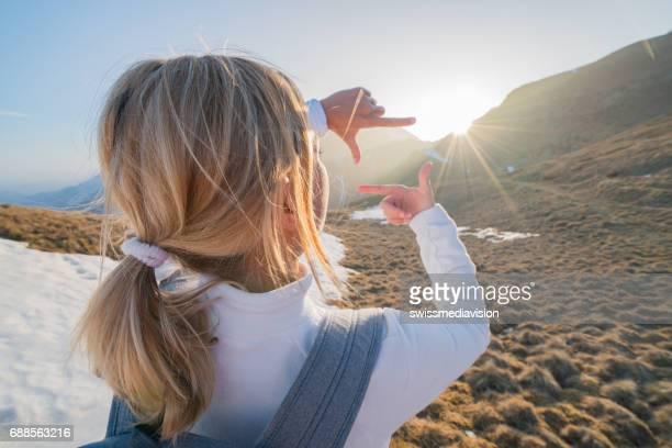 wanderer weibliche rahmung natur mit fingern - futuristisch stock-fotos und bilder