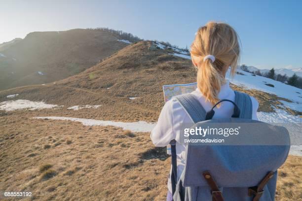 Wanderer-weiblich-ein Blick auf die Karte nach dem Weg