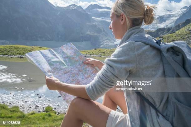 Wanderer-weiblich betrachten Pistenplan