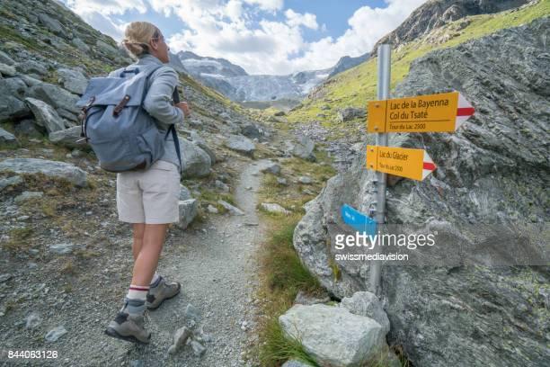 Wanderer-Weibchen auf der Suche nach Wanderweg