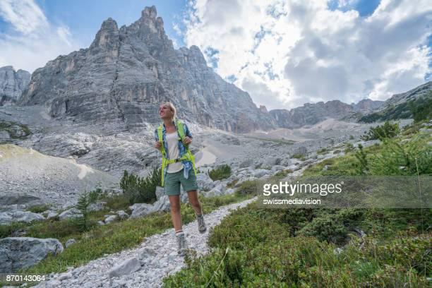 Wanderer-Weibchen auf Bergweg hinauf bewegen, Berggipfel