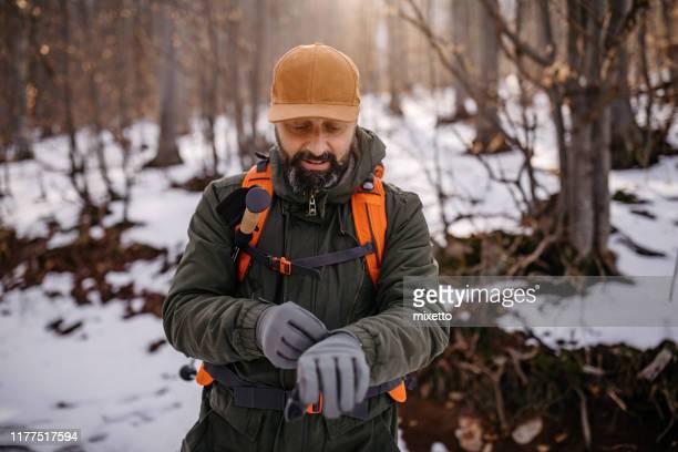雪の森のハイカー - 手袋 ストックフォトと画像