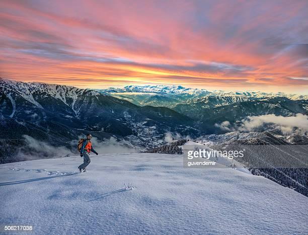 Sapato de caminhada nas montanhas de Inverno