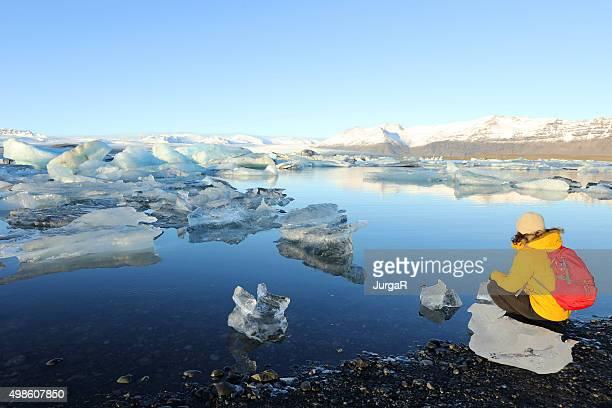 Excursionistas vista del paisaje a Arctic Glacier Lagoon, Iceland de jökulsárlón