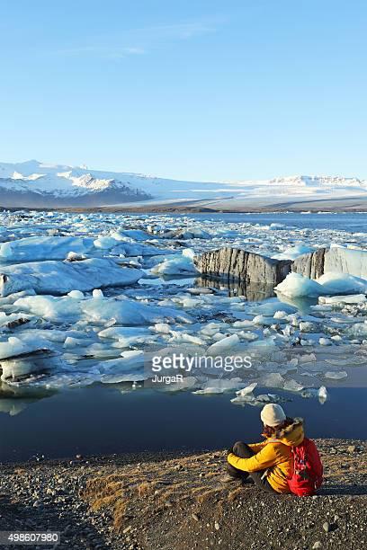 Botas examinar los Icebergs de rayas flotando en Islandia Glacial a la laguna de jökulsárlón