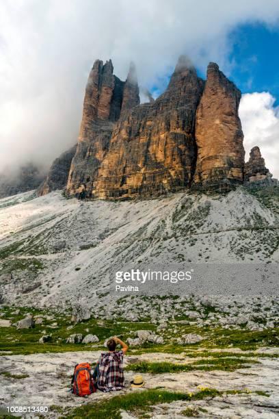 ハイカー tre cime di lavaredo 国立公園、ドロミテ、ヨーロッパ アルプス、イタリアを見て - トレチーメディラバレード ストックフォトと画像