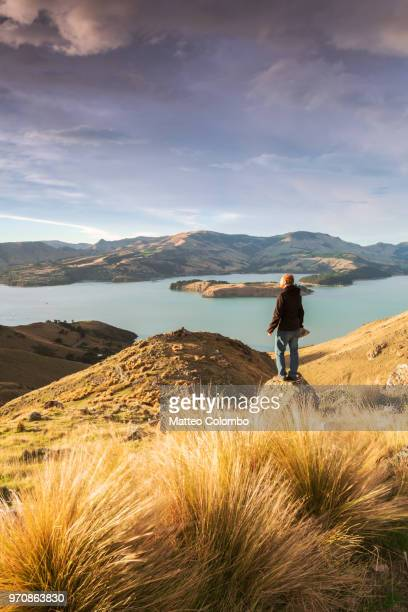 hiker looking at view at sunrise, new zealand - região de canterbury nova zelândia - fotografias e filmes do acervo