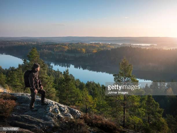 hiker looking at view - dalsland - fotografias e filmes do acervo