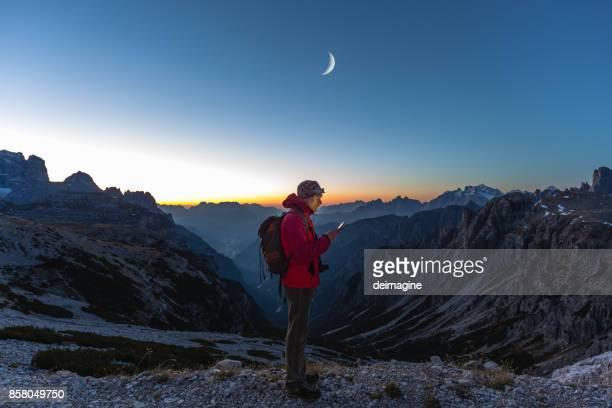 Wanderer auf der Suche Karte auf Gerät